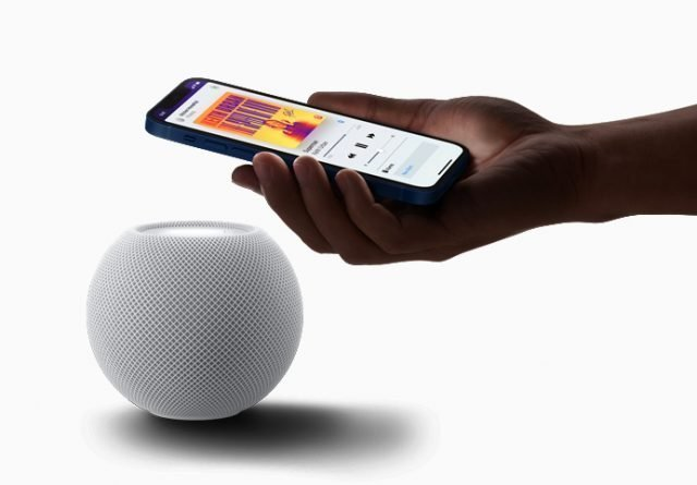 Un iphone cerca de un HomePod mini