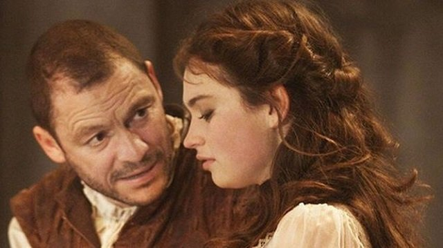 Dominic West y Lily James en Othello