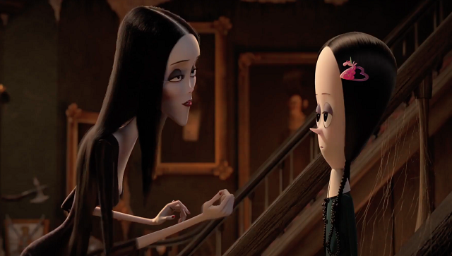Morticia habla con su hija Merlina en 'The Addams Family'