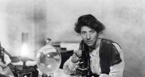 Marie Stopes en su laboratorio