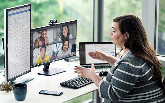 Mujer sentada en un escritorio en medio de una reunión virtual
