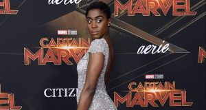 Lashana Lynch en alfombra roja de Captain Marvel