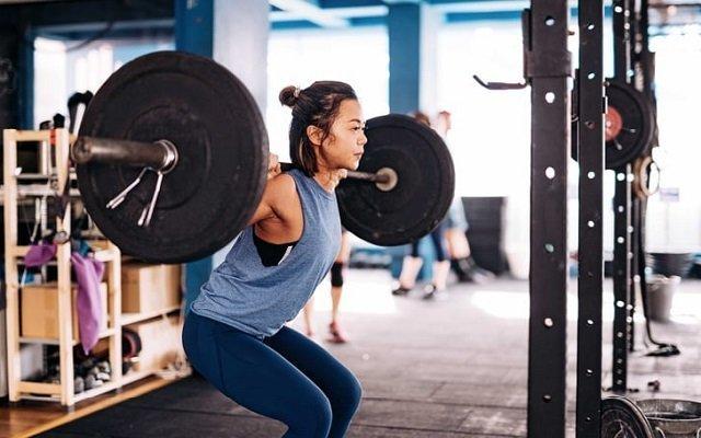 Mujer haciendo ejercicio y sudando.