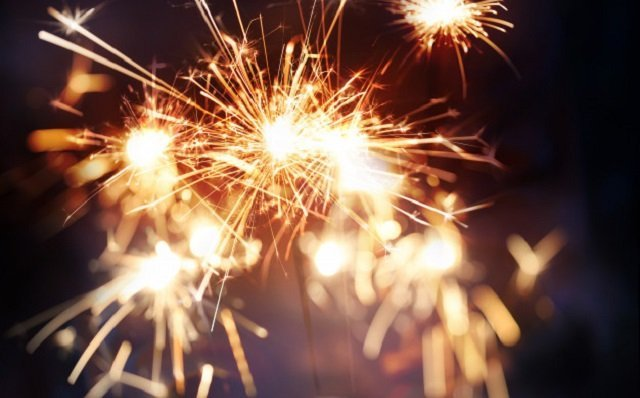 Fuegos artificiales en un entorno nocturno.