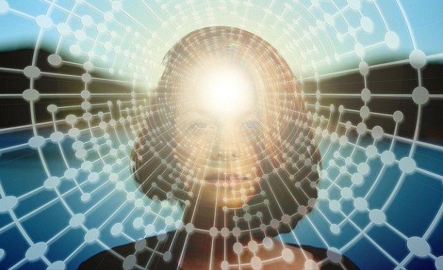 Rostro de una mujer bajo un fondo de conexión digital