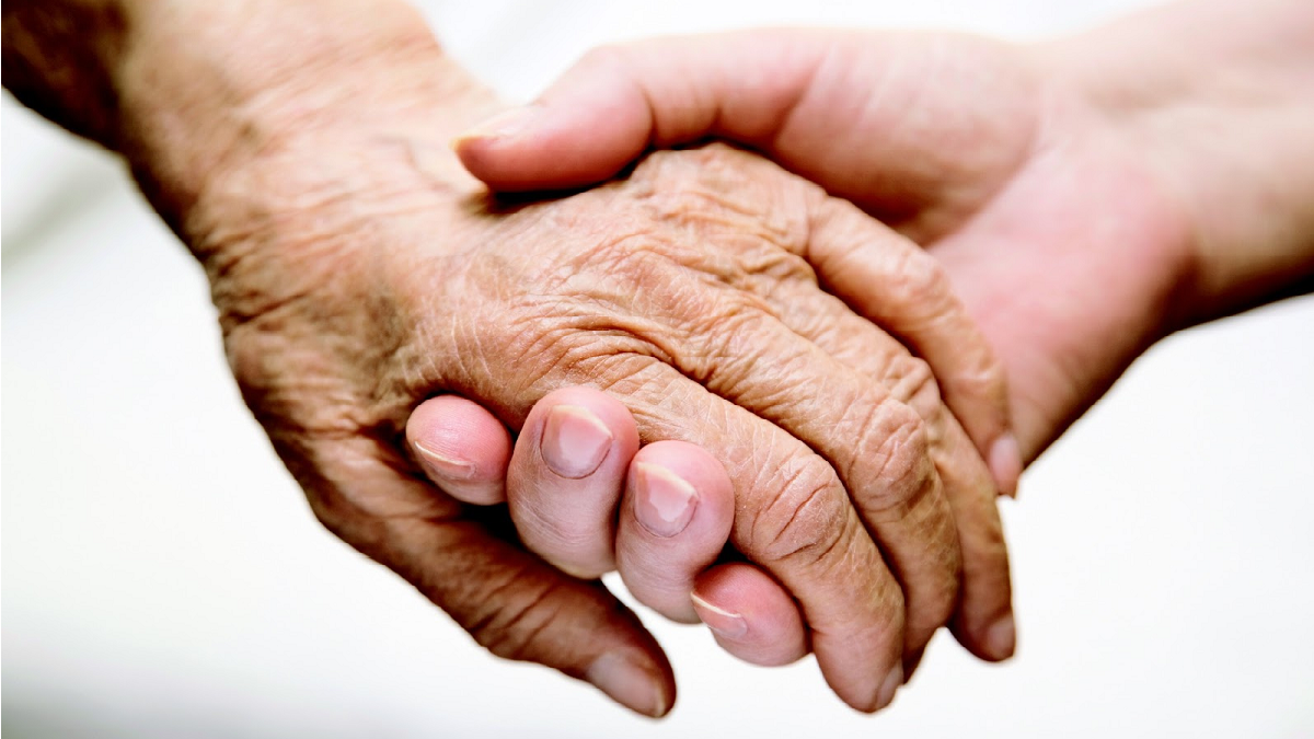 Manos de mujer joven y de mujer mayor entrelazadas mostrando cómo no se puede evitar el envejecimiento.