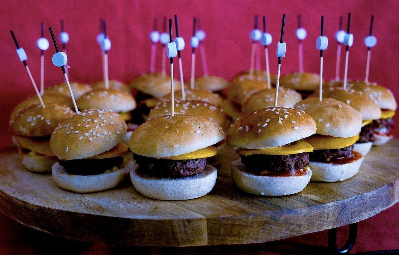 Montones de mini hamburguesas que podrían ser ingeridas por un comedor competitivo.
