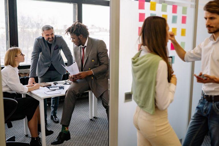 Personas hablando en una oficina