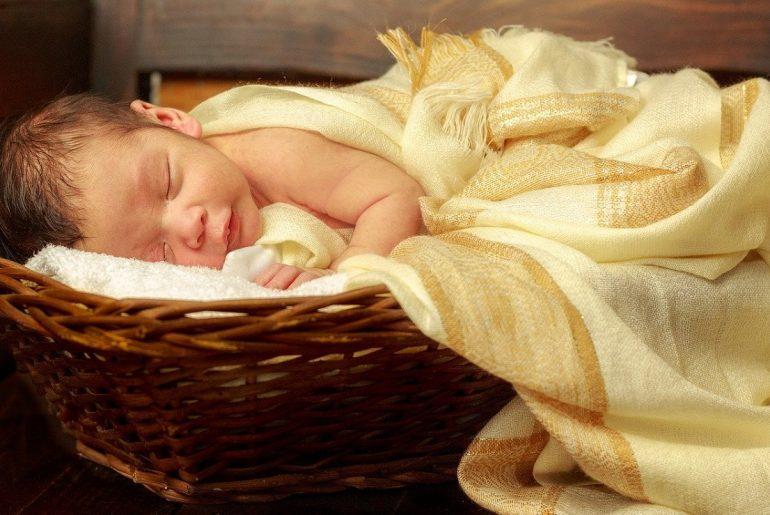 Bebé que podría haber sido entregada a la familia equivocada.