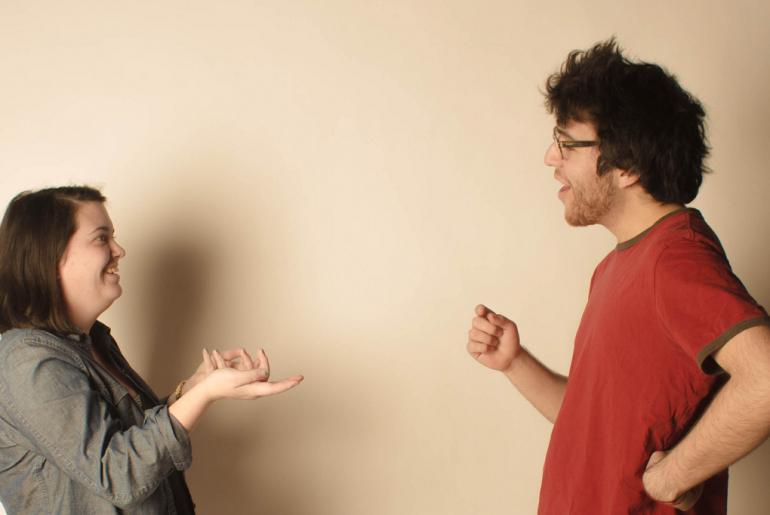 Personas extrañas teniendo conversaciones profundas.